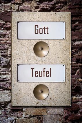 Ein Türschild zeigt 2 Wohungsklingeln: Himmel oder Hölle.