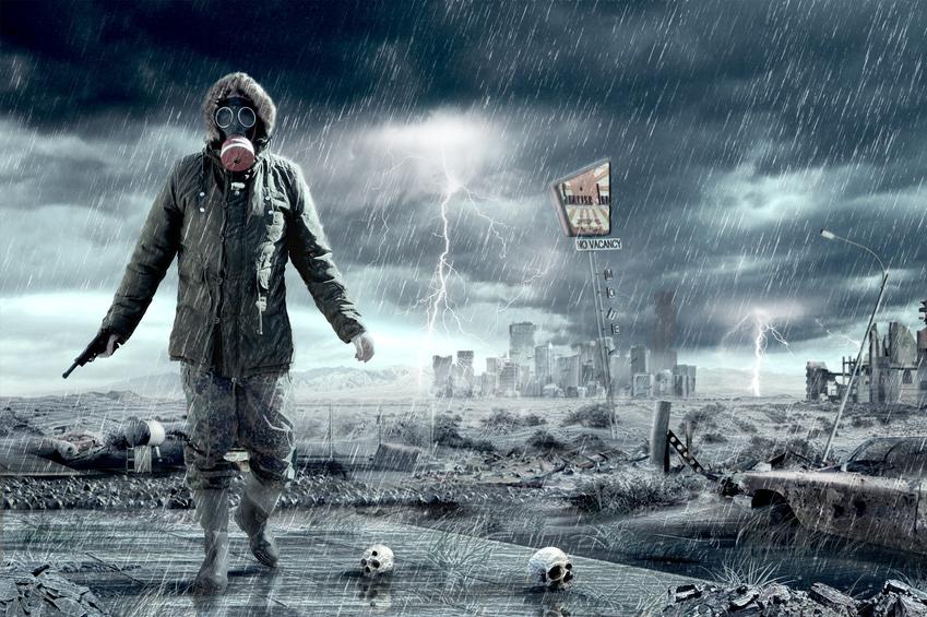 Eine graue Person in einem Schutzanzug mit Gasmaskte kommt uns aus einer verwüsteten Stadt entgegen!