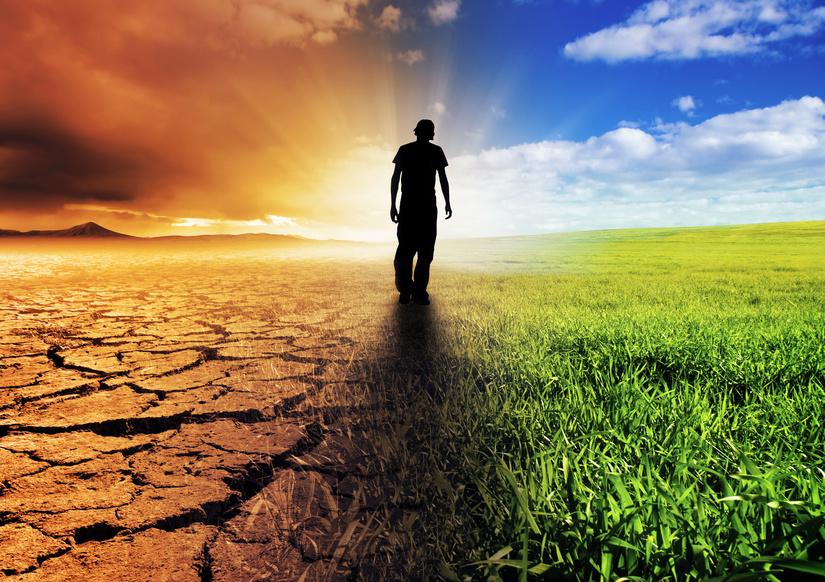 Links von einem schwarzen Mann ist heiße vertrocknete Erde. Rechts von ihm ist fruchtbares Land und strahlender Himmel.