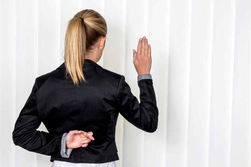 Eine Frau sagt als Zeuge bei Gericht in einem Gerichtsverfahren aus. Symbolfoto für Falschaussage