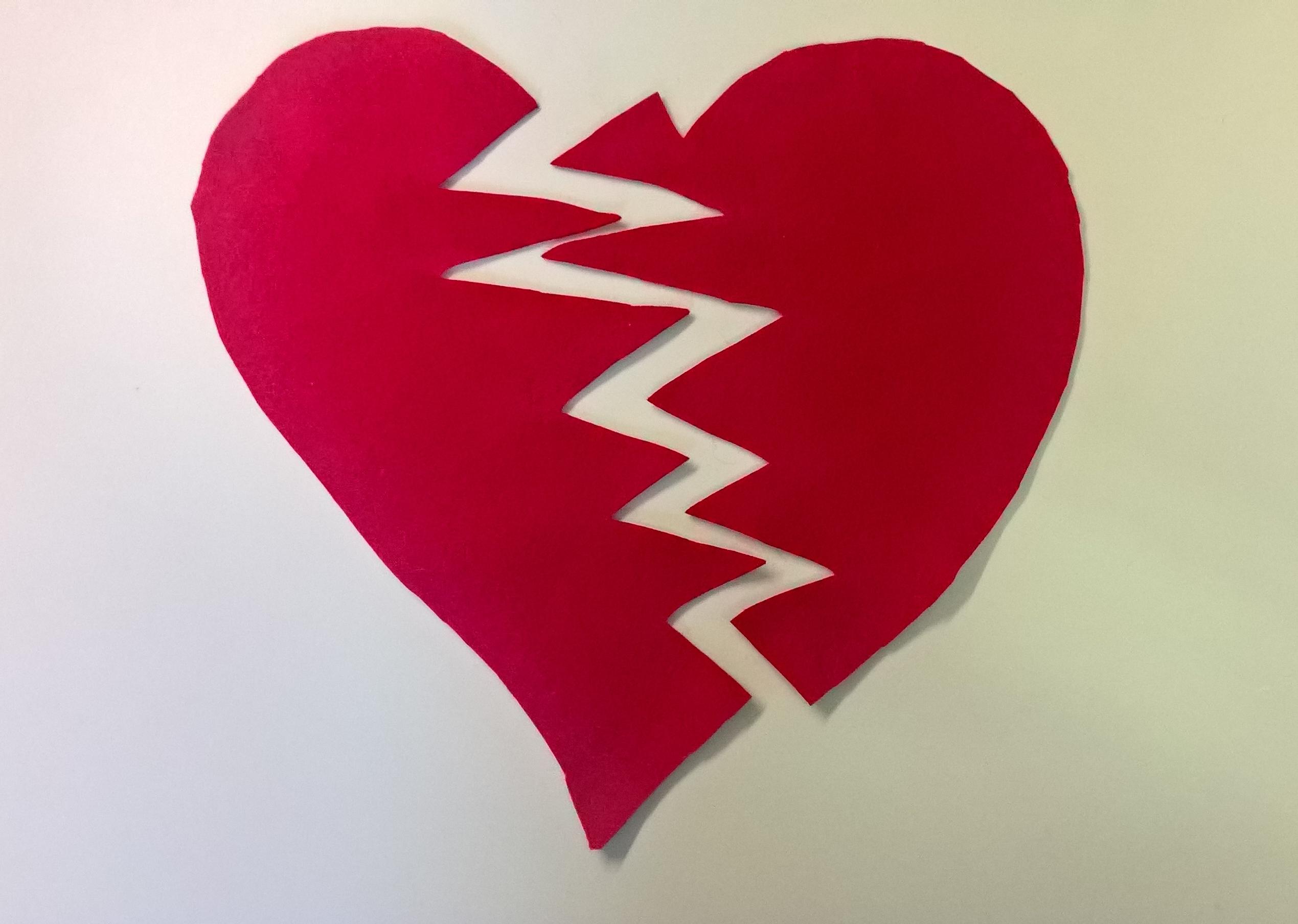 Ein Herz aus rotem Fließ ist zerbrochen.