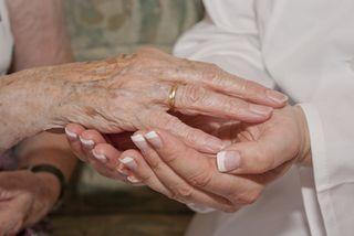 Die Hand einer Seniorin wird gehalten!.