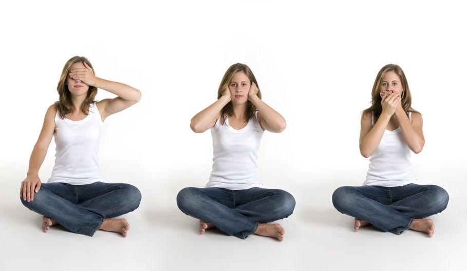 Drei Frauen sitzen vor uns. Eine hält sich die Augen zu. Die 2. hällt ihren Mud zu und die 3. ihre Ohren.