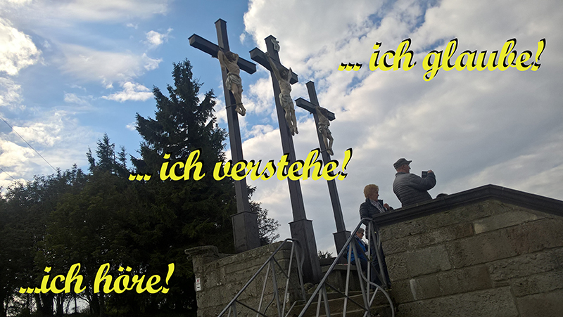 Vor einer Kreuzesdarstellung Jesu steht: ... ich höre, ich verstehe, ich glaube!