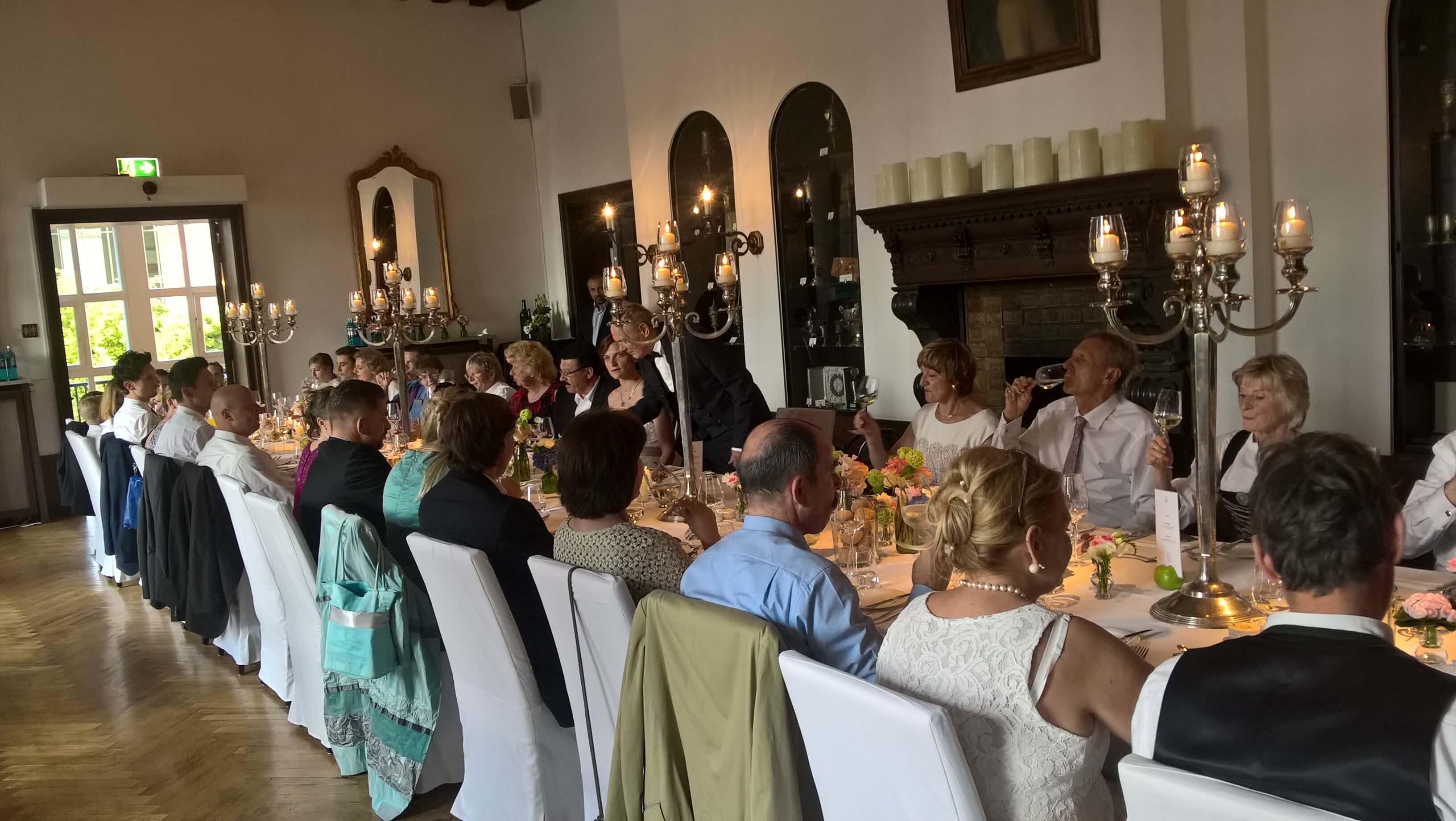 Eine Hochzeitsgemeinschaft ist beim Abendessen.