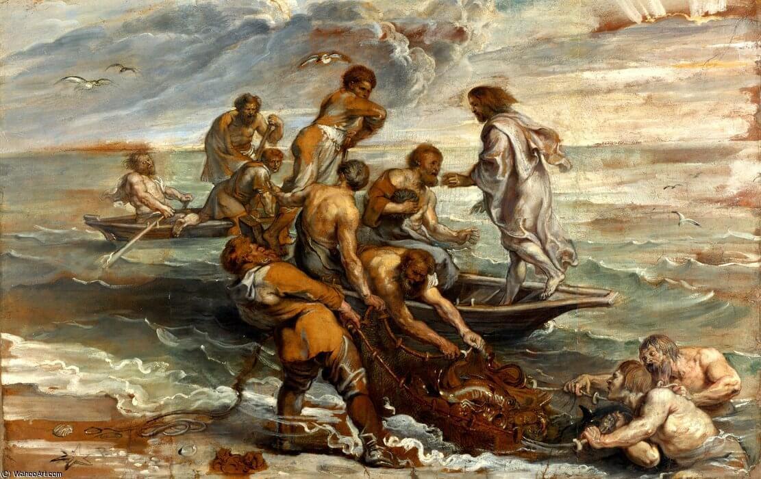 Zwei Boote mit Fischern ziehen einen großen Fang an Land. Jesus dirigiert sie.