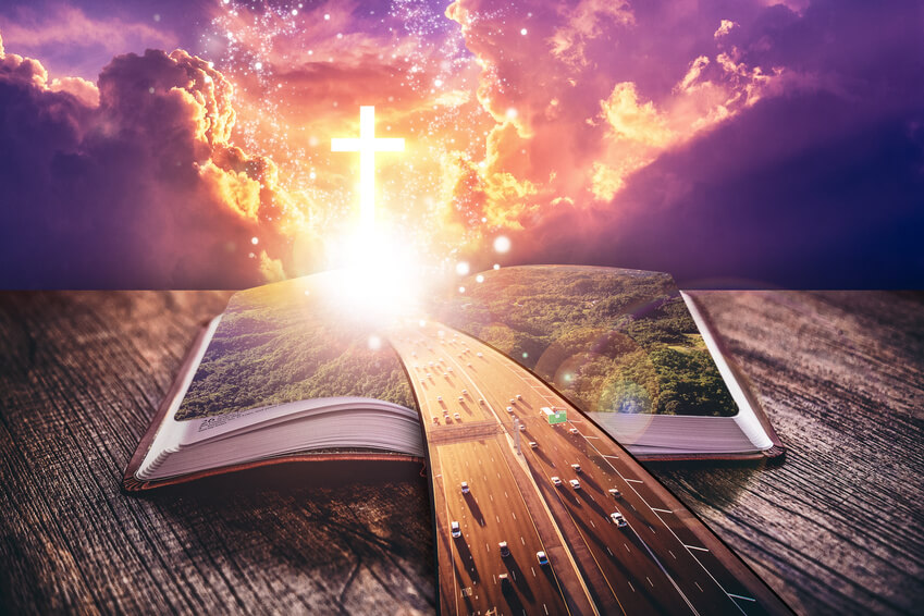 Eine breite Brücke führt über eine Autobahn über die Bibel in den Himmel