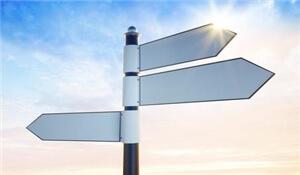 Ein Wegweiser zeigt 3 unterschiedliche Richtungen an!