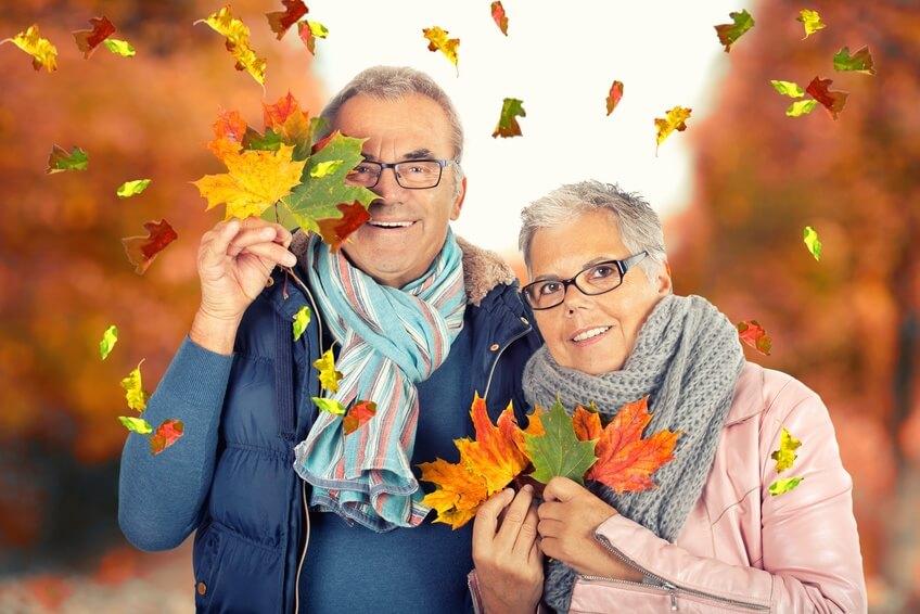 Ein älteres Paar hat Freude am Herbst.