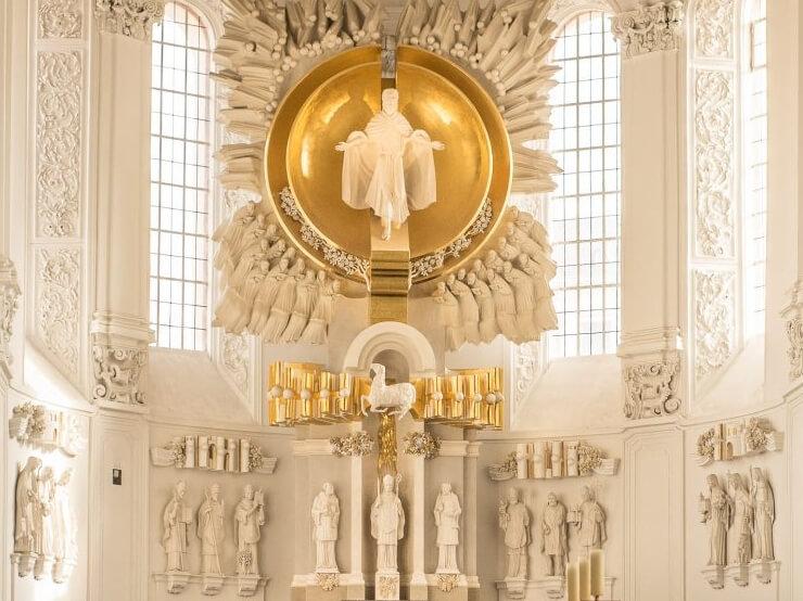 Aus einer golden glänzendem Halbkugel kommt Jesus in einem weißem Gewand zu uns!