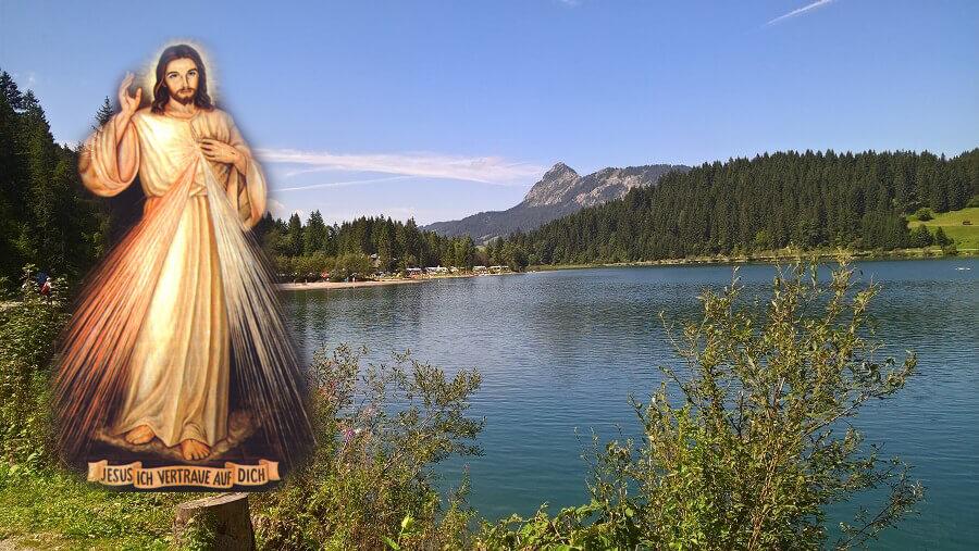 Der barmherzige Jesus kommt am Rande eines Sees auf uns zu.