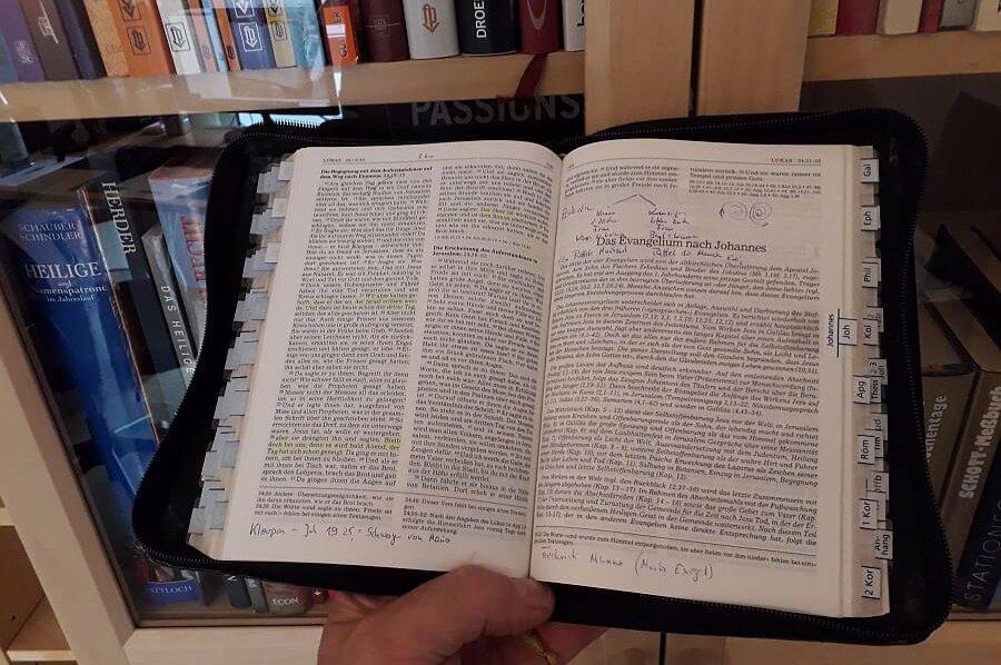 Eine aufgeschlagene Bibel ist zu sehen.