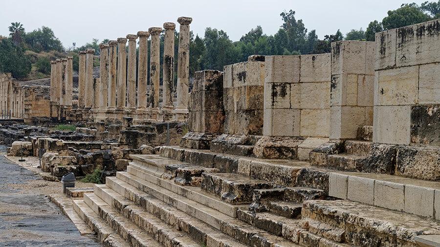Stufen und Stehlen eines Tempels sind noch übrig geblieben.